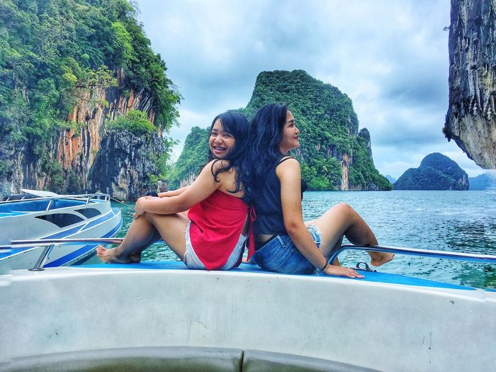Friendship isn't a big thing. It's millions of small things. #Unseen Thailand #krabi Two People Leisure Activity Real People Lifestyles Togetherness Sitting #FREIHEITBERLIN Water Friendship Day Smiling Happiness Emotion Positive Emotion