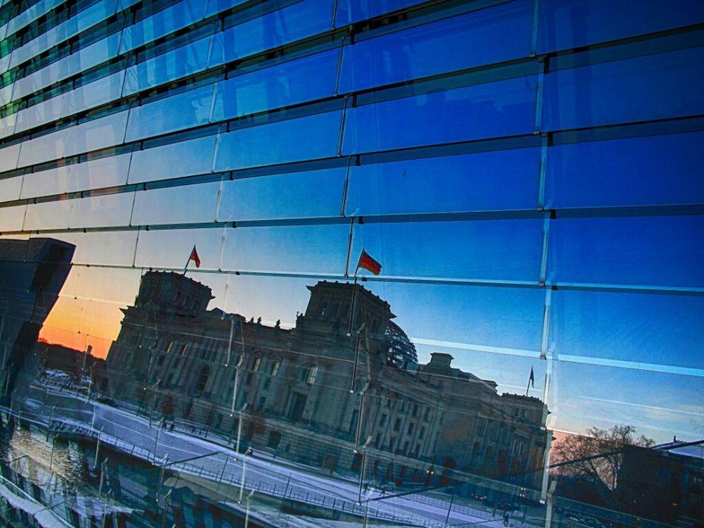 Die Weiterentwicklung des Schattenkabinetts: Das Spiegelkabinett :) Architecture Reflection Berlin Sunset Winter Reichstag Regierungsviertel Berlin Mitte Historical Building Historical Sights