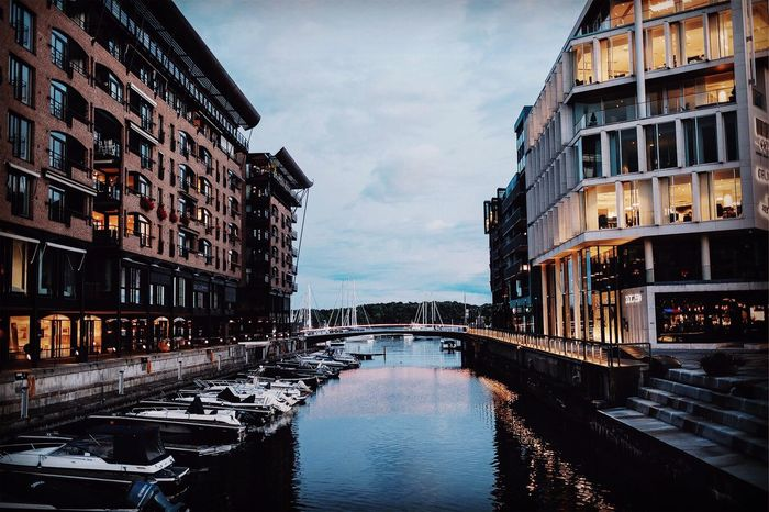 The bridge between Akerbrygge and Tjuvholmen. Architecture Water Norway Oslo Visitoslo Norway🇳🇴 Fujifilmx-t20 XF23mmf1.4