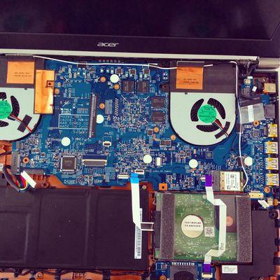 Wir sind mal wieder am Schrauben, heute das Gaming-Notebook Acer Aspire VN7. Bemerkenswert wie klein die Platinen im Vergleich zu früher geworden sind!