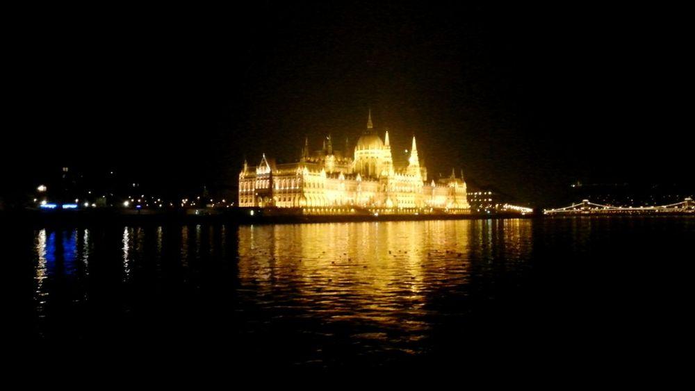 ○Parliament● Hungarian City Budapest Danubio Light Water Gold