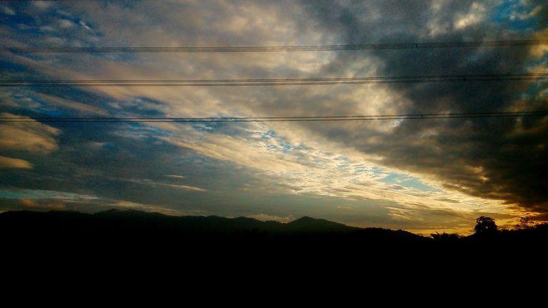 Ketika awan dan angin menyatu. Sambutlah waktu yang tak pernah berhenti melaju, mengibaskan mimpi dan angin bisu. Vscocam EyeEm Malaysia Clouds And Sky Taking Photos Enjoying Life VacayMode