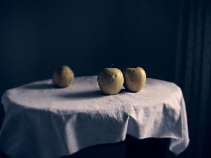 Food Shadow And Light Apples Close-up Food And Drinks Fruit Photography Indoors  No People Studio Shot Table