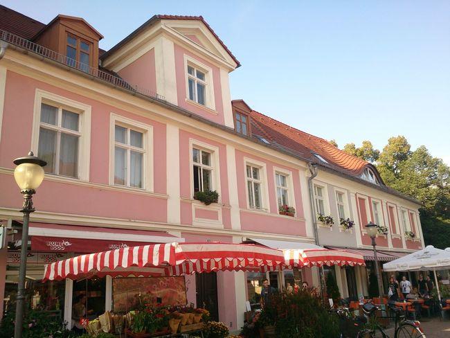 Un Edificio con su Bar Y Su Terraza en la calle principal de la Ciudad De Potsdam en Berlin