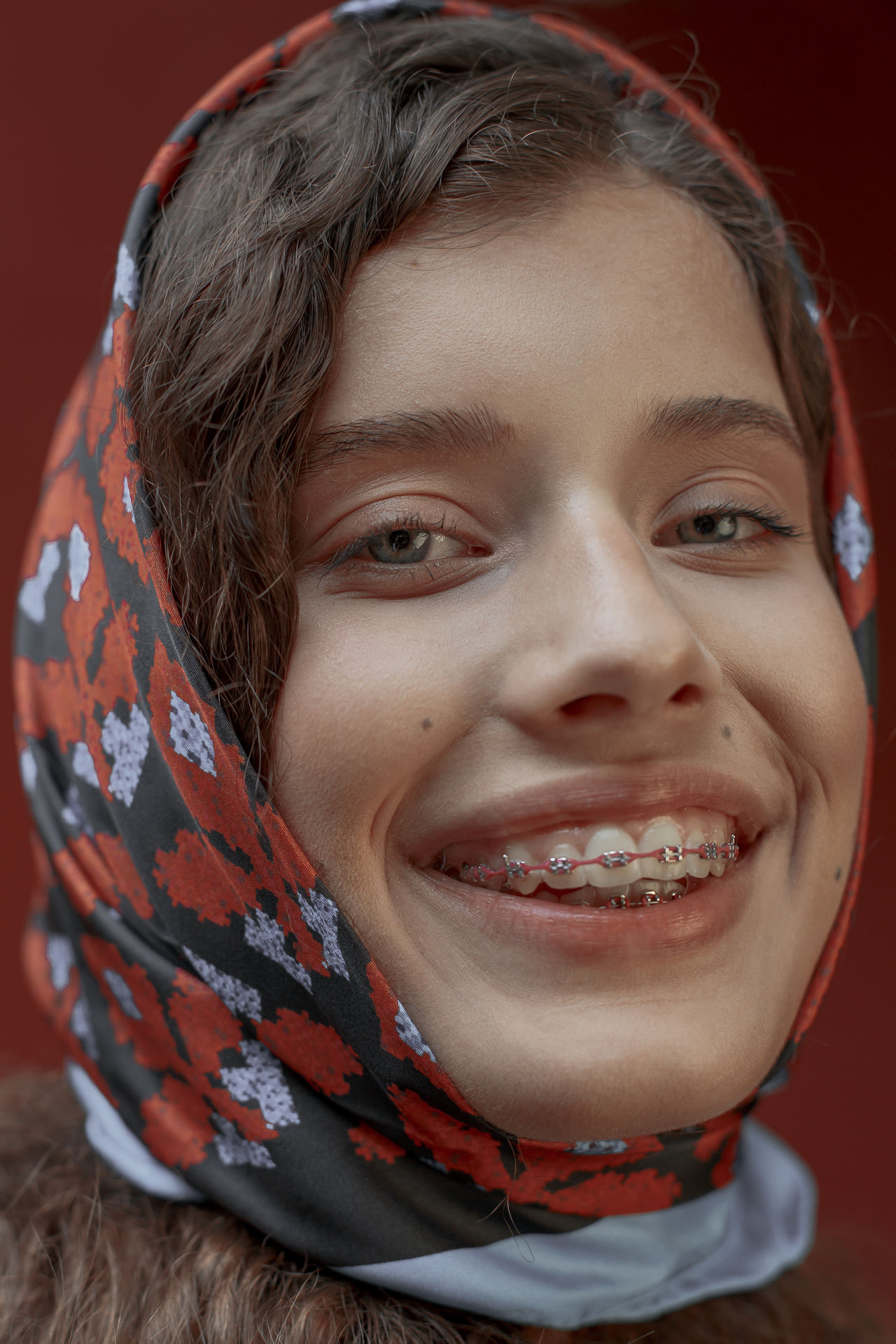CLOSE-UP PORTRAIT OF A SMILING WOMAN