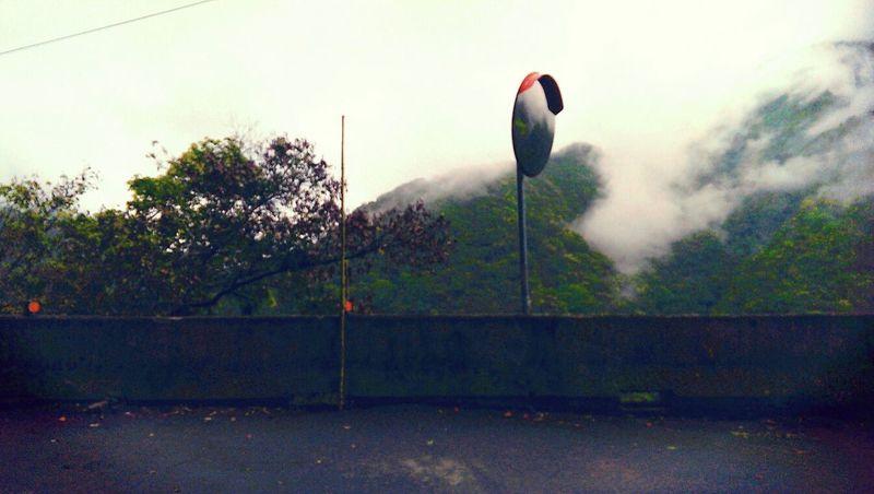 不是非得要同值對待,抑或是有所對待,但起碼………也不該是掩蓋陽光的那個。 On The Road High Way Mirror Cloudy Day Mist