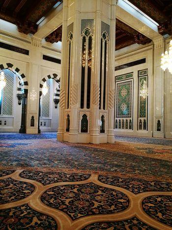 Muscat, Oman. Particolare della Grande Moschea. Architectural Column Architecture Travel Destinations Religion Indoors  Architecture And Art Architecture Tourism Travel Dome Mascate Muscat , Oman Muscat Mosque Carpet