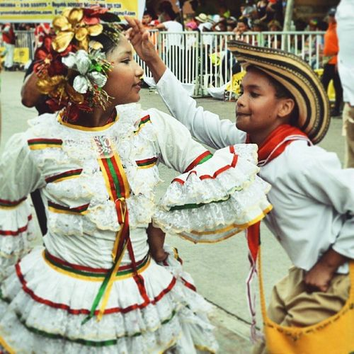 Let us dance in the sun, wearing wild flowers in our hair Younglove Dance Cumbia Latinos Latergram Mank Instadiary Instadaily Bogota2015 Traveldiaries Colorsofcarnival
