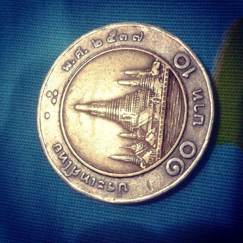 """ยี่สิบปีผ่านไป ค่าของฉันยังเท่าเดิม แต่สิ่งที่เปลี่ยนไปคือ """"ราคา"""" เหรียญนี้อายุเท่าผมเลย"""