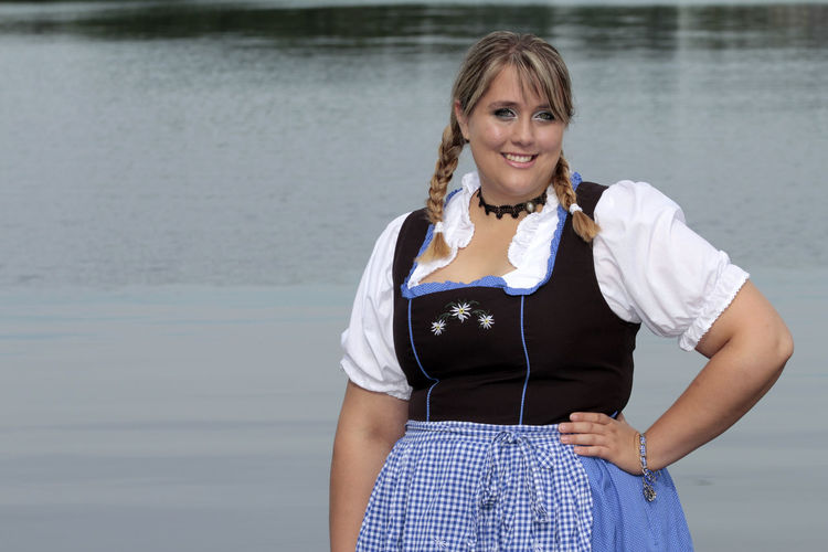Bayerisch Beautiful People Beauty Casual Clothing Curvy Curvy & Beautiful Curvygirl Curvyisthenewsexy Dirndl Dirndlcotoure Front View Leben Hat Gewicht Long Hair Octoberfest Plus Size Model Plussize Plussizebeauty Plussizefashion PlusSizeModel Portrait Smiling Standing Water Xxl-mode Young Adult