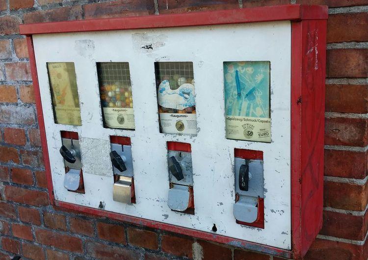 schöner, alter Kaugummiautomat Gumballmachine Gumball Machines Gumball Kaugummi Kaugummiautomat Kaugummiautomaten Vending Machine Window Architecture Built Structure