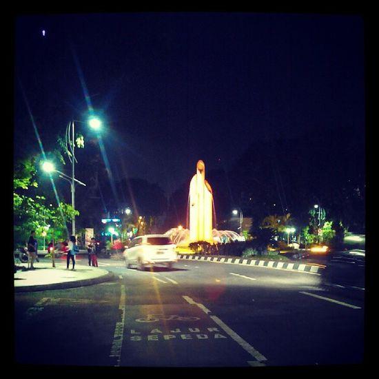 surabaya dimalam hari Bamburuncing Monumen Surabaya