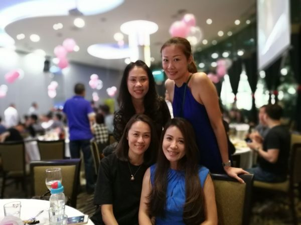 Togetherness Bonding Young Women Smiling Love Friendship Leisure Activity Lifestyles Happiness Portrait Family Front View Teenage Girls Looking At Camera Young Adult Standing Casual Clothing Person Enjoyment Content Showcase October P9 Huawei People And Places