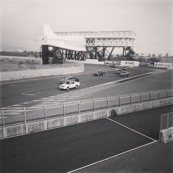 Racing 皮卡 Ford Flyingmachine cars 嘰嘰叫... 再裡面跑好像很好玩!