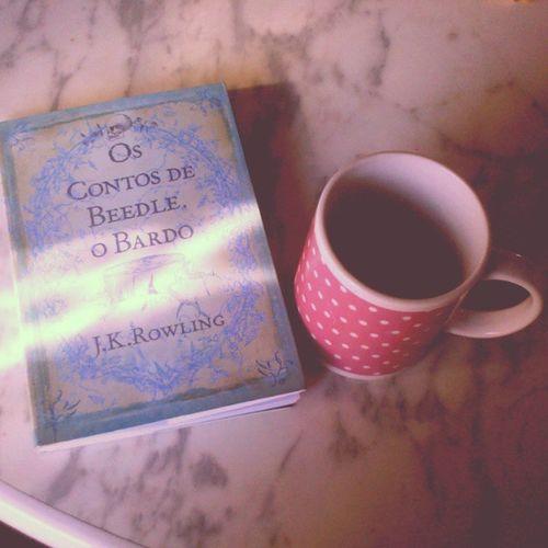 Pra começar bem o dia: uma xícara de chá e um bom livro para ler. Jkrowling OsContosdeBeedle_OBardo Bardo ContosDeBruxos DelíciaDeLeitura Livro Book LoveBook