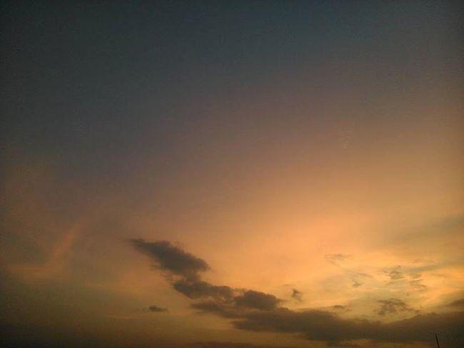 kulihat jinggamu dibalik mendung sore ini, sungguh memesona bak sepercik cahaya dalam kegelapan. Langit Senja  Januari Sorekalem Instaday Instanesia Instasky Instanature Theworldguru Skyart Ngexpeditions