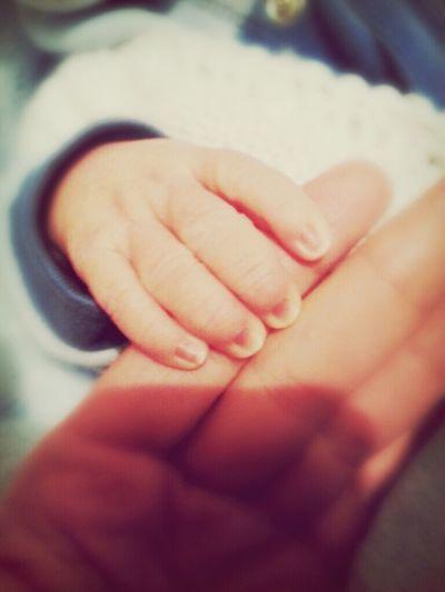 Minik ellerle koskocaman sevgiyi anlatiyor..