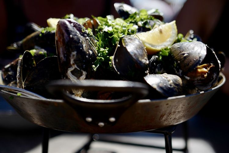 Barbecue Bowl Close-up Food Food And Drink Freshness Gourmet Healthy Eating Herb Indoors  Meal Mussel No People Ready-to-eat Seafood Selective Focus Still Life Table Vegetable Wellbeing