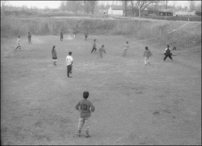 大兴庄村东头有个废弃了的鱼塘,闲来无事时,附近村里的艺术家们聚在一起踢足球。这是村里少有的集体运动,人员也不固定。穿10号球衣的守门员是彭一。宋庄后来成立的足球队,训练与比赛都选择有草坪的正式球场,那里远离宋庄。如今这个鱼塘又养起了鱼。 2001年 10909308 1613 12820764