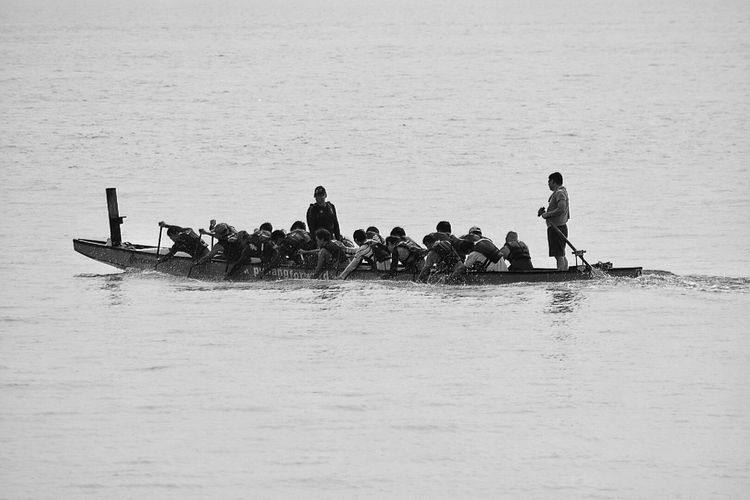 Feel The Journey Ocean View Sea And Sky Rowing Paddle Group Of People Water Splash Monochrome Pushing Forward Sport Water Penang Oars In Water Crew Team Sea ASIA Water Sports Team Work Dragon Boat Small Boat Black And White Power Dragon Boats Boat Oarsman Working Together penang Monochrome Photography malaysia