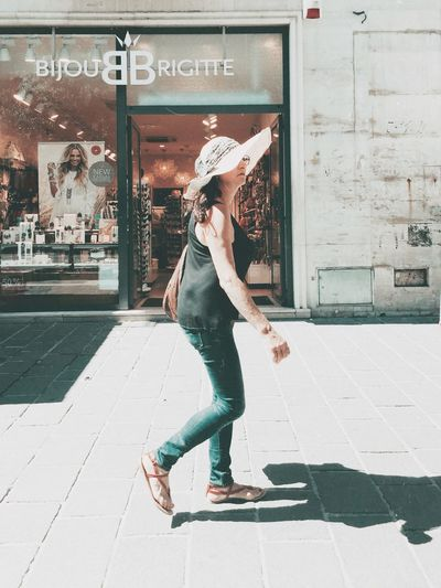 bijou Full Length One Person Real People Casual Clothing Side View Day Lifestyles City Standing Leisure Activity Young Adult Motion Street