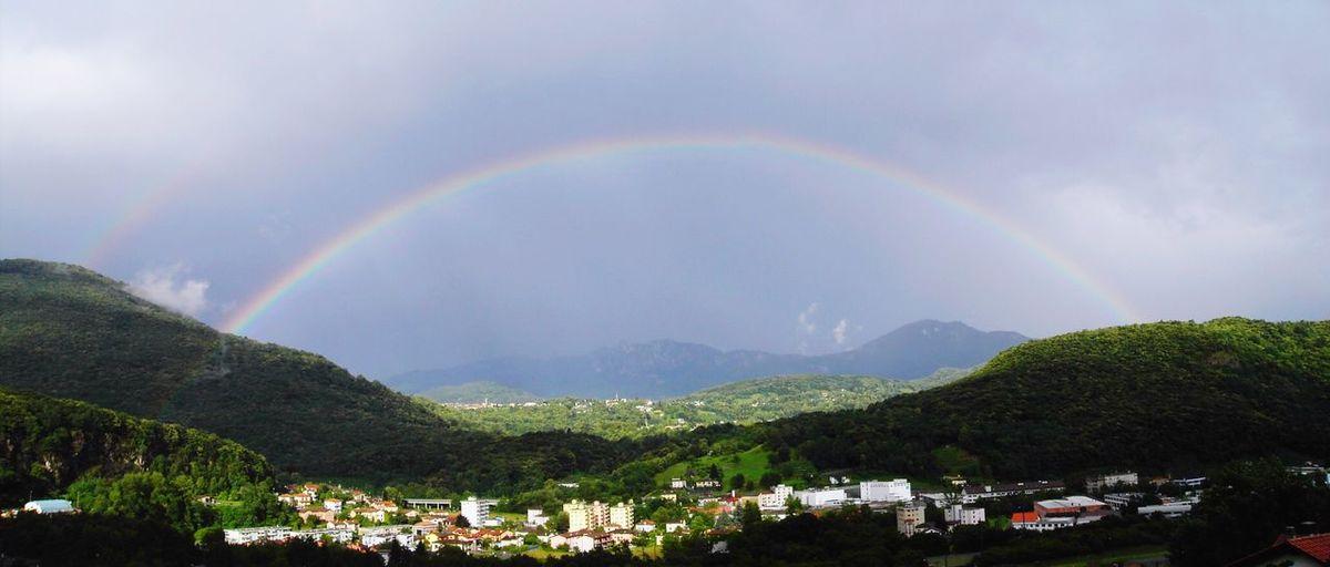 Arcobaleno dopo il temporale dal balcone di casa