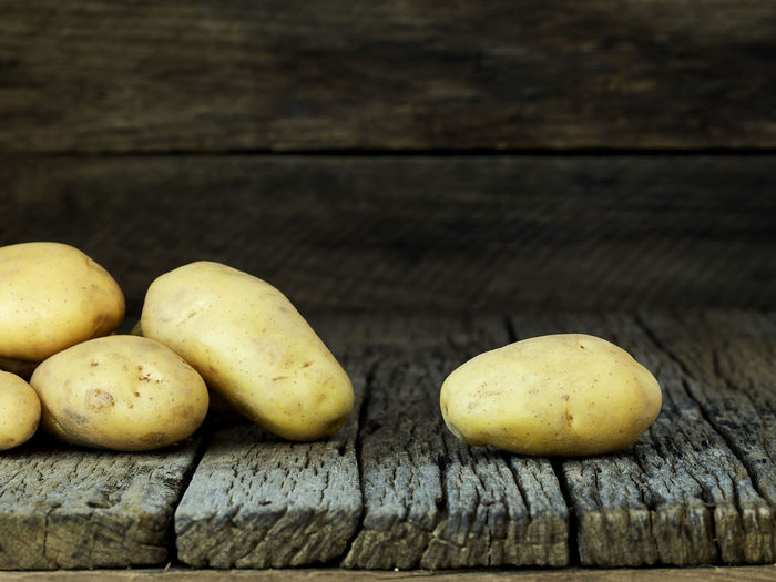 Potato Wooden Fresh Potatoes Background Table Old Food Raw Nutrition Wood Harvest Healthy Vegetable Organic Agriculture Rustic Brown Pile Ingredient Root Vegetarian Natural Farm Top View Group Heap Sack Diet Produce Many Yellow Cooking Dark Rural Uncooked Burlap Tuber Dirty Food And Drink Wood - Material Freshness Wellbeing Healthy Eating Still Life No People Close-up Fruit Indoors  Group Of Objects Raw Food Day Plank Raw Potato Vegetarian Food