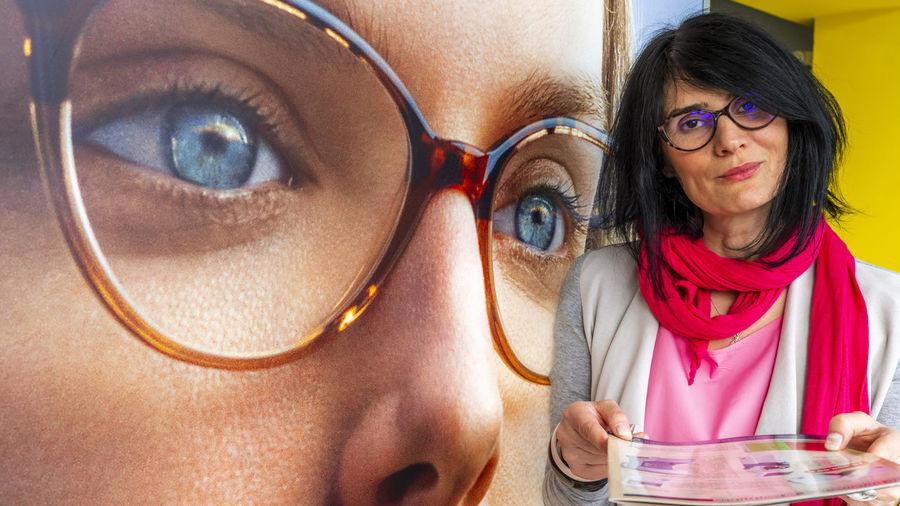 Portrait of smiling woman wearing eyeglasses