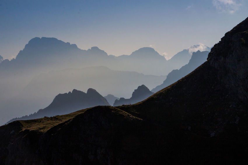 Wanderung durch die Dolomiten. Alpen Alpenpanorama Berge Dolomiten Dolomites Dolomites, Italy Dolomiti Gegenlicht Italy Marmolada Mountain Mountains And Sky Panorama Schattenspiel  Schattenspiele Shadows & Lights Sunrise Südtirol Wanderer Wanderlust Wanderweg Summer Exploratorium The Great Outdoors - 2018 EyeEm Awards The Traveler - 2018 EyeEm Awards