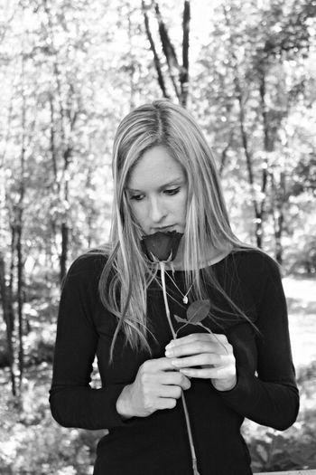 Model Modeling Modeling Shoot Modeling #fashion #lagafa #shooting #blackandwhite Woman Blond Nature Cemetery Rose🌹 Flower Blackandwhite Photography