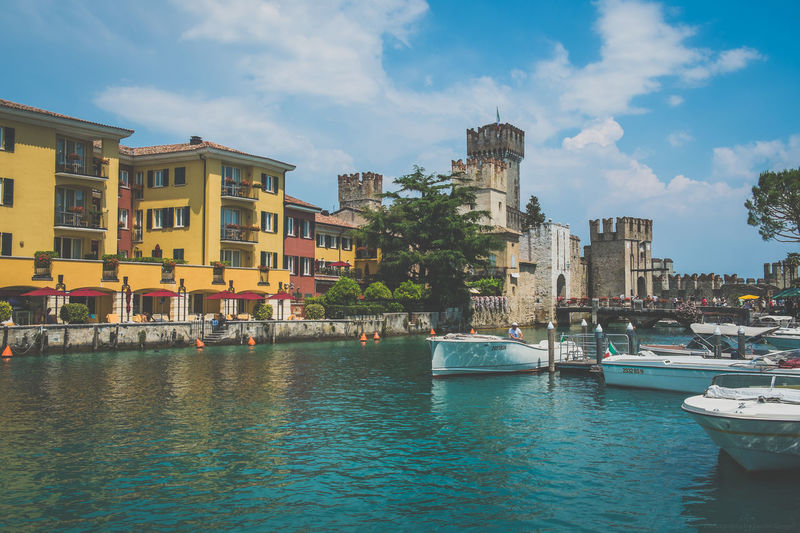 Sirmione, Italien, Gardasee Architecture Boating Europa Europe Gardasee Holiday Italien Italy Italy❤️ Lago Di Garda Lake Sailing Sirmione Sirmionedelgarda Streetphotography Summer Summertime Traveling Vacation View Watersports