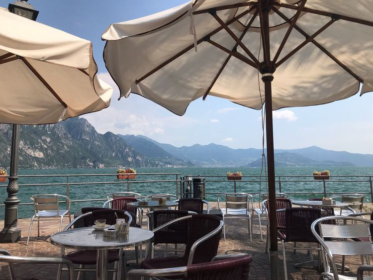 Sommer am Iseo See Sonnenschirm Lombardei Seeblick Urlaub