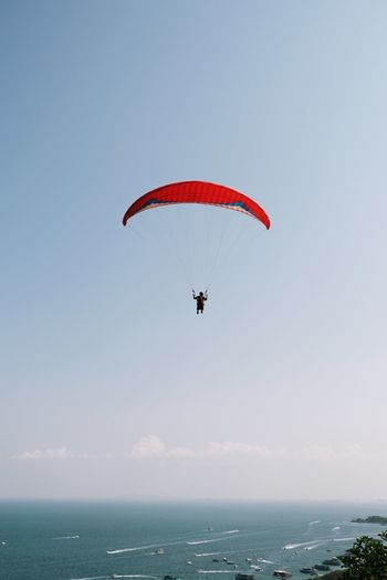 pattaya Pattaya Kohlarn Pattaya Thailand Paragliding Stunt Person Aerobatics Parachute Extreme Sports Flying Water Full Length Sea Sport Fly Housefly Gliding Parasailing Kiteboarding Water Sport Navigational Equipment