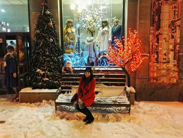 Full Length Adults Only Sitting Only Men Lifestyles People Leisure Activity Men Adult Snow Outdoors Day Happy New Year New Year Red Red Color