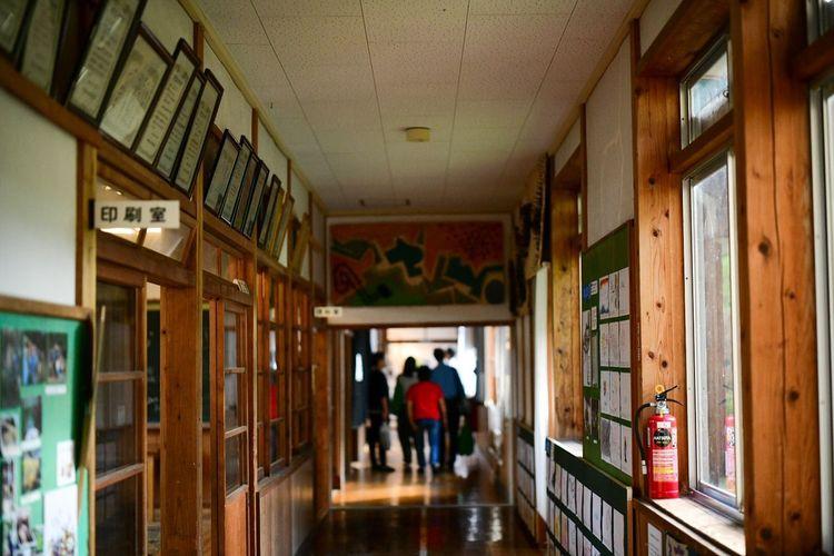 走っては、よく叱られた。 Architecture Group Of People Indoors  Men Building Walking Built Structure Corridor Arcade