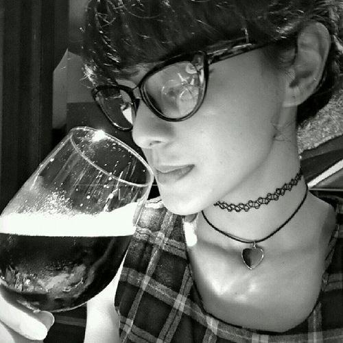 Mbak @jasminenoor mengendus Es Kopi @marcopadang yg disajikan seperti wine. Endusss. :p