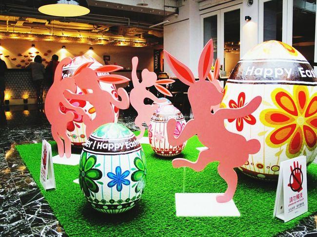 復活節佈置。彩蛋 與 跳舞兔子。 Happy Easter !