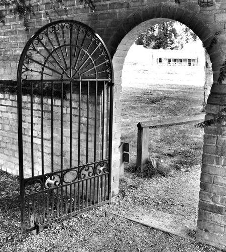 Monochrome Gate