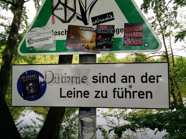 Antifa Aufkleber Dumme Sind An Der Leine Zu Führen Fightracism Funny Lietzensee Schild Sticker