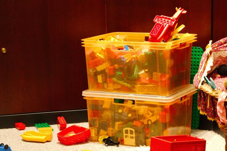 a quick cleanup the toddlers did very well Braun Kinder Plastikspielzeug Spielzeug Gelb Indoors  Kiste Ordnung Plastik