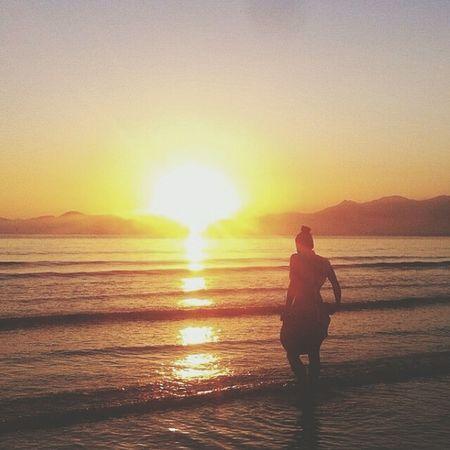 Diga algo que toque a alma de alguém, e se assim nao conseguir... Então tire uma foto! ♥ Relaxing Sunshine Sea Love Fellin Good Tanks