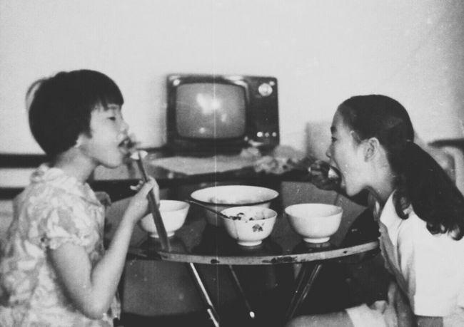 小时候吃妈妈做的饺子me and my sisterOldphoto Dinner Time Chinese Food Jiaozi Sister ❤