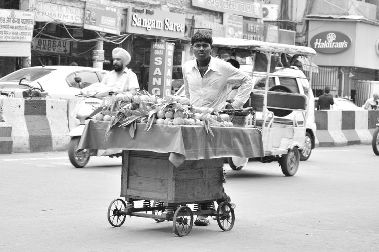 Photographeratwork Only Men Povertyofindia Poorman Poor  Streetphotography Chandnichowk Poverty_moments Lifestyles Photographer Poverty Lives. Lives Poverty Photography Poor  Poorpeople Small Business Street Food One Person Retail  Outdoors People Chandni Chowk Fruits