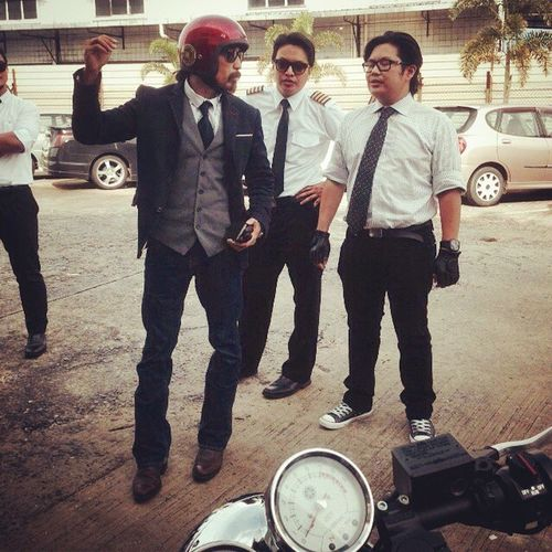 """Showing @izamwrites and our Pilot(Yes he's a real commercial airline pilot I think) friend here how I do the """"cha cha cha"""" DGRBrunei14 briefing Gentlemansride Whysoserious Ridedapper"""