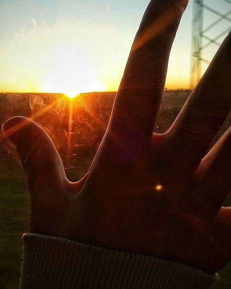 🌅🌞Por mil amaneceres mas. Hoy el sol salio 50 segundos mas temprano. Pero nada aun nos cambio, seguimos igual que siempre. Intentando continuar en la continuidad, monotonias de la vida. Aca estoy viendolo todo pasar segundo a segundo. Amanecer Sol Sale Buencomienzo Sunset Sun Dawn