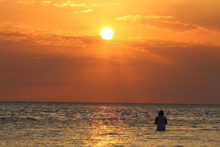 Señora pescando a la puesta de sol... la amé!