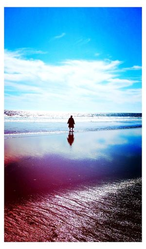 Mi abuela caminando a su amor, el mar ... My grandmother walking to the sea Water Sea Reflection One Person Beach Sky Horizon Over Water My Grandmother My Grandmother Walking To The Sea /.\ ❤ Heart ❤