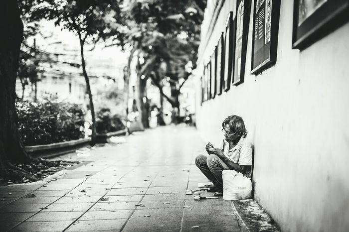Thailand Thaiman One Person Homeless Homeless Man Homeless Person Bangkokcity Bangkokstreet Blackandwhite Blak&white Black And White Blackandwhite Photography Outdoors Streetphotography Street Photography Streetphoto_bw Oldman