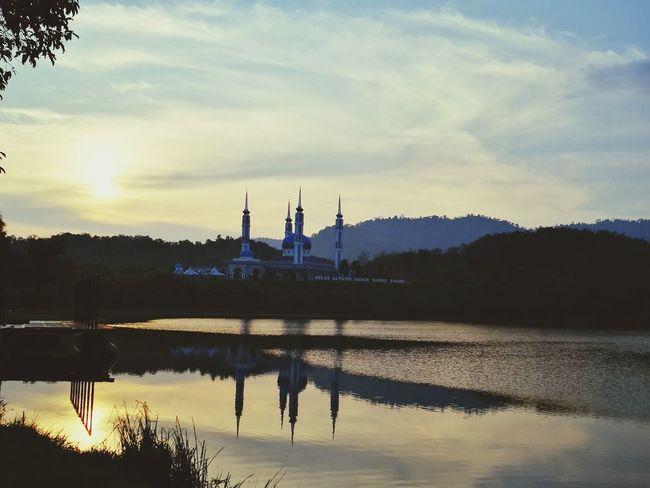 What a peaceful scene. I love mosque. Reflection Sunset Sky Water Lake Outdoors Nature Tranquility Mosque Serdang Kedah Kedah Malaysia Huawei P9 Leica Huaweiphotography HuaweiP9
