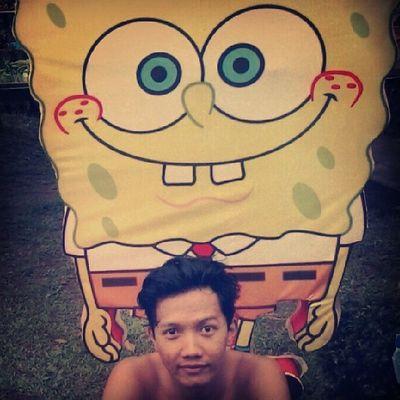 """Suatu hari aku berenang ke Bikini Bottom , ketemu Spongebob pengen Photo bareng, ya aku kasih. """"picture Picture bro"""", aku bilang """"oh nggeh monggo, tutuke mleweh nggeh"""". yang njepret Photography by Patrick star"""